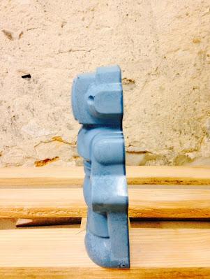 figurine déco geek en forme de robot réalisé en béton de couleur bleu