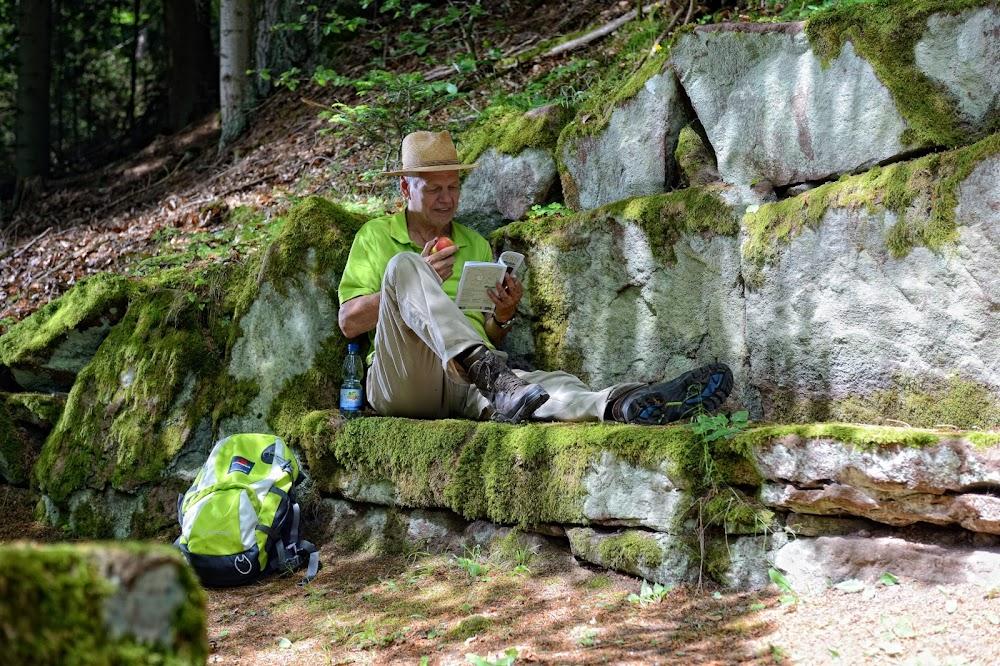 Die in Buntsandstein gehauenen Steinbänke laden zu erholsamen Pausen ein