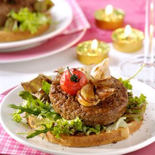 Toscaanse Tartaarburgertjes Met Gepofte Knoflook, Uitjes En Tomaat