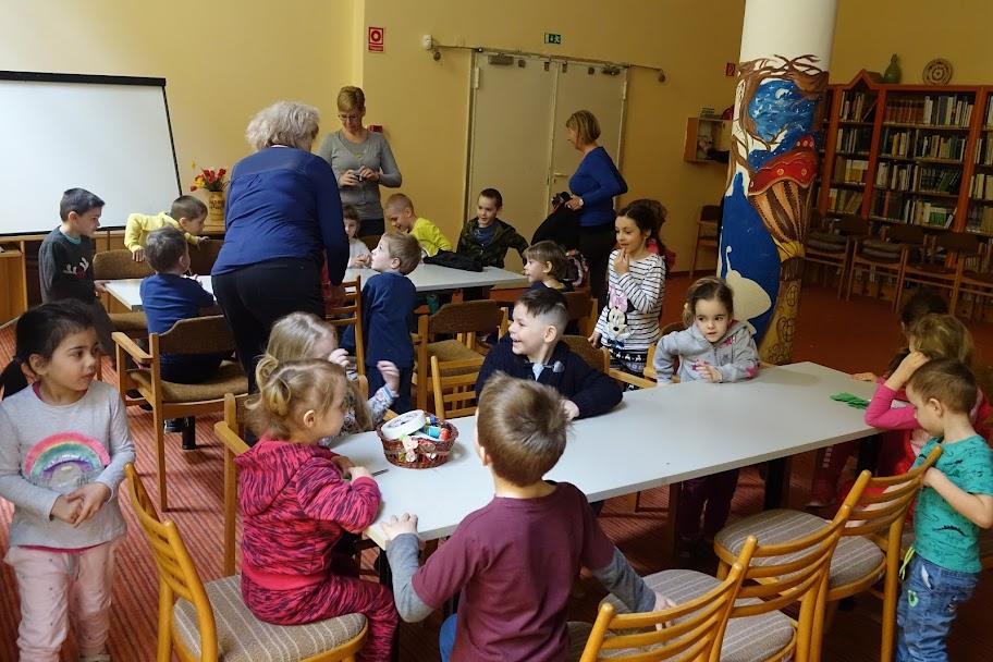 Asztalnál ülő gyerekek a könyvtárban