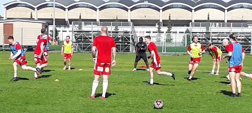 Harjoituksissa on ollut vauhtia ja eilen maanantaina joukkue pääsi liikuttamaan palloa jo pelinomaisesti harjoituskentällä.