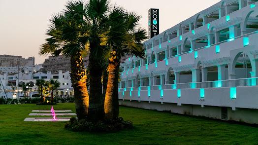 Zonas comunes del hotel, iluminadas al atarceder.