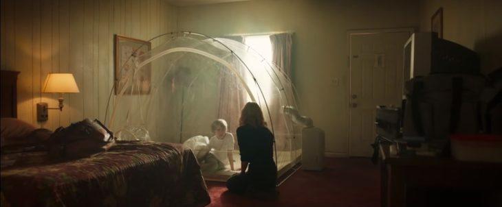 Niño dentro de una burbuja de plástico, sienod visitando por su madre, escena de la película Eli de Netflix