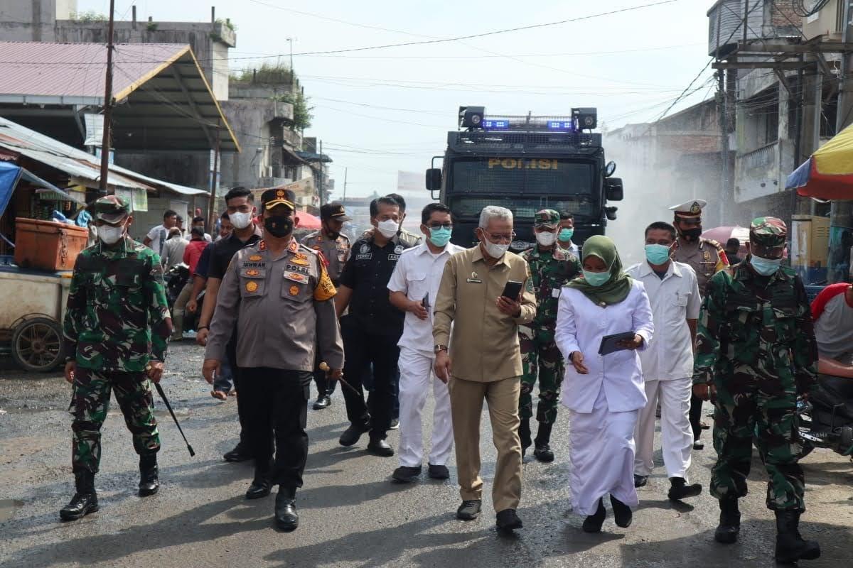 Bersiap siaga Dalam Tugas : TNI – POLRI Semprotkan Disinfektan Di Kota Paling Padat Penduduk Kab. Batu Bara