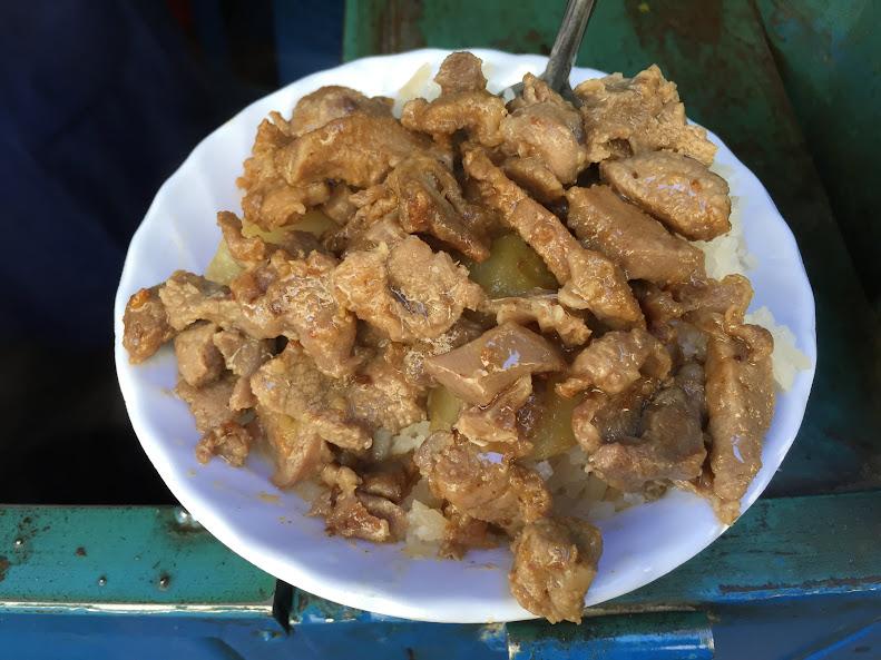 ウユニの市場で昼ごはん。肉とジャガイモの丼ぶり