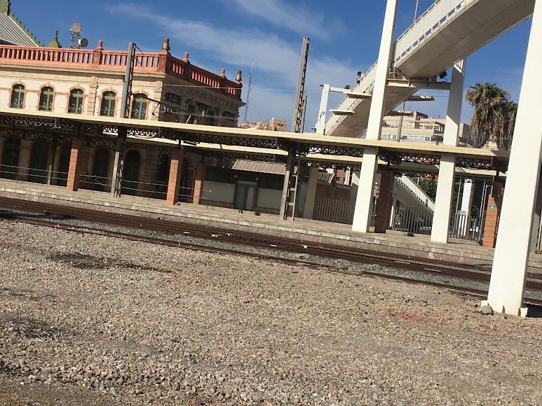 Aún está vallada la estación y parte del andamiaje aún no se ha retirado.