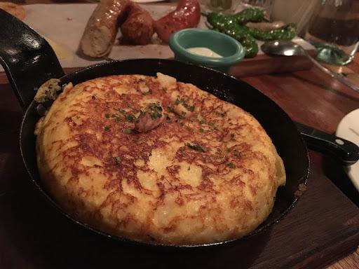 綜合肉腸拼盤 馬鈴薯蟹肉烘蛋  非常好吃! 拼盤的起司味道很重,但我很喜歡,與香腸極配。 沾tortilla的醬酸鹹的好吃,醬不夠時又讓我們續,非常棒!