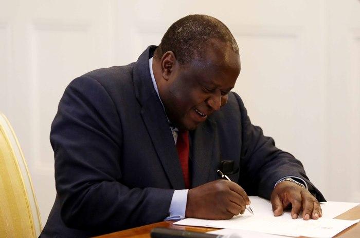 'Niemand wil in jou skoene wees nie, minister': Twitter reageer op Tito Mboweni se styl - TimesLIVE
