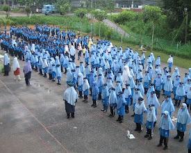 Photo: Di peringkat awal lagi anak-anak ditanamkan displin yang tinggi. Syabab & Fatayat berperanan mendisplinkan pelajar. Pasukan beruniform SRIH semasa aktiviti ko kurikulum hari Sabtu di Dataran SRIH.