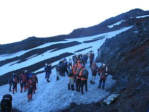 Photo: de klimijzers om grip te hebben op de spekgladde ver-ijs-te sneeuw worden ondergebonden