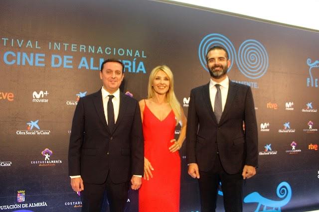 Javier Aureliano García y Ramón Fernández-Pacheco junto a la directora de la gala, la actriz Cayetana Guillén Cuervo.