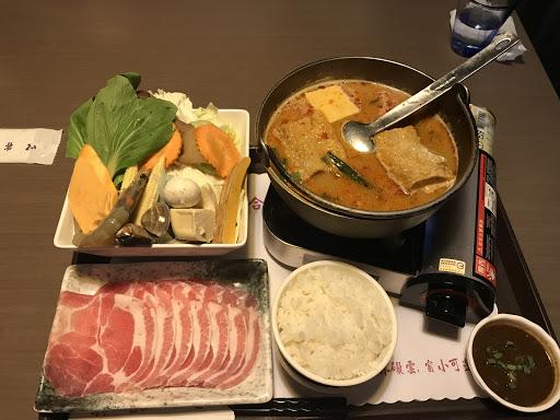 我點的餐是泰式椰奶酸辣鍋 好吃而且奶味味道剛剛好 不會很搶酸辣的味道 服務生也很可愛 服務態度很好 值得推薦去