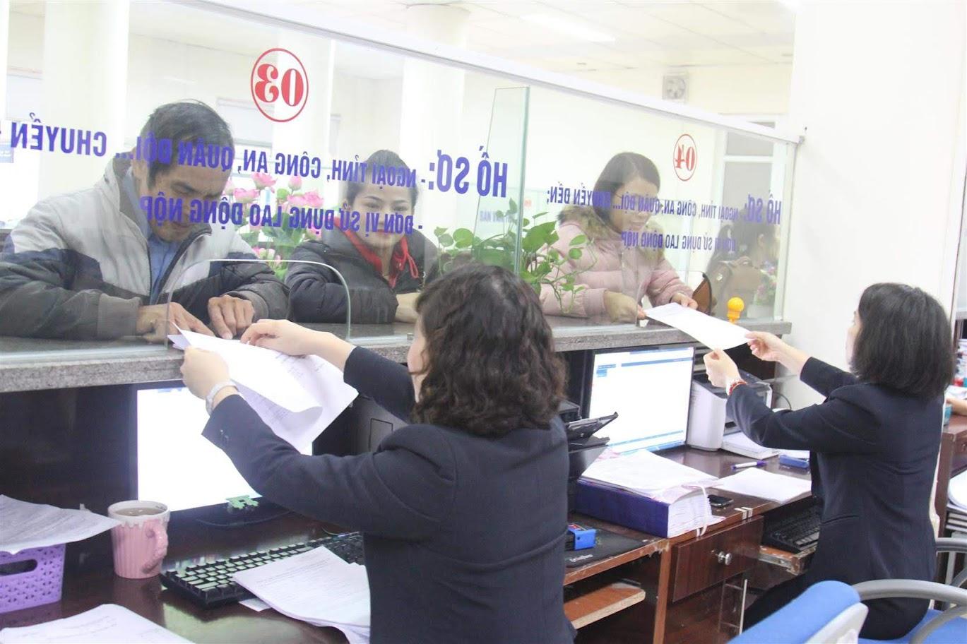 Cán bộ Bảo hiểm xã hội tỉnh giải quyết thủ tục hành chính cho người dân - Ảnh: Ngọc Anh