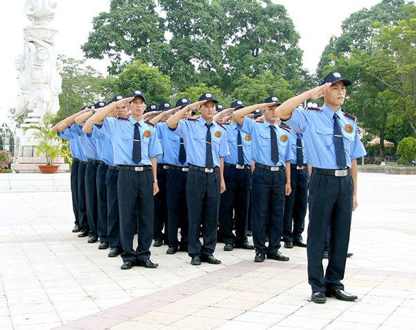 Nhân viên bảo vệ uy tín, tác phong chỉnh tề, phục vụ chu đáo khách hàng