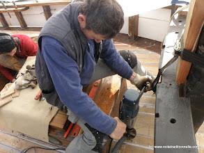 Photo: Michel perce les trous de descente des chaines d'ancre dans le bateau. Deux trous de 120mm dans du chêne supersec de 150mm d'épaisseur. Avec un forêt spécial, une perceuse conséquente, une bonne dose de motivation et les bras qui vont bien, on y arrive !