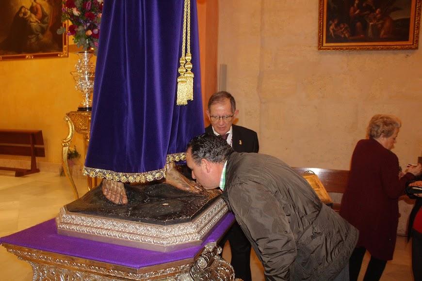 Blas de la Rosa besando los pies del Señor Cautivo.