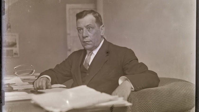 Gabriel Callejón Maldonado en su despacho, ante la cámara de Domingo Fernández Mateos.