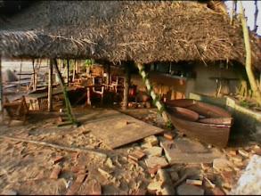 Photo: Tsunami 2004. Neben dem Hotelfelsen ist alles zerstört. / Beside the hotel-rock is everything destroyed. Video image: S. Hartmeyer.