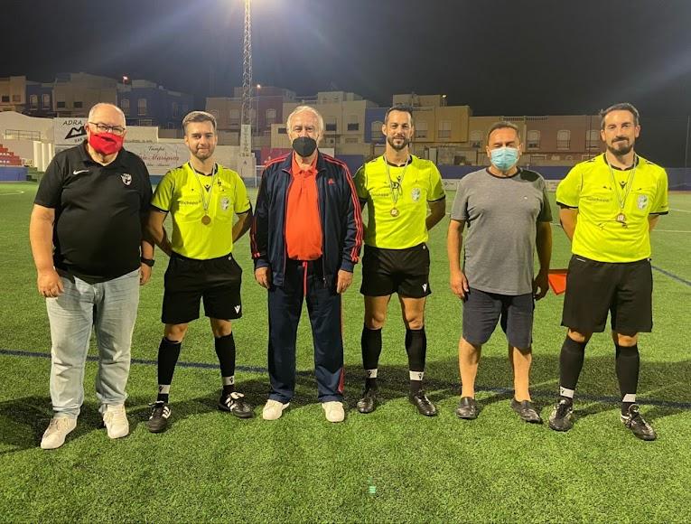 Los árbitros de las finales con los federativos.