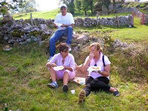 Photo: TOÑO, NELLY y MARI CARMEN. Representación diplomática de Castañeo.