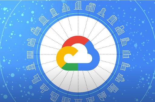 建物に囲まれた Google Cloud ロゴ