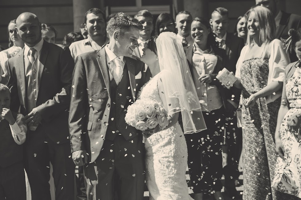 wedding-couple-confetti