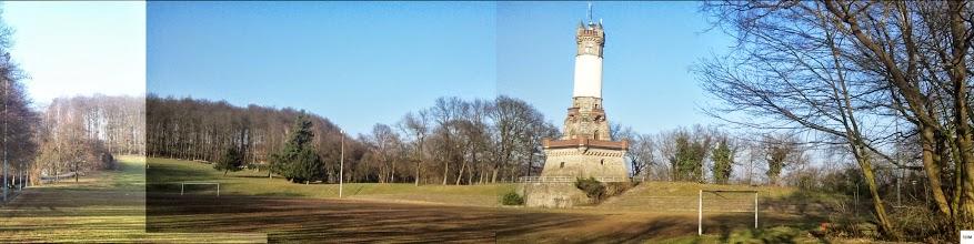 Photo: 16.2.2015 15:52/5 Uhr): Überblick über den Sportplatz am Harkortturm von Süden (Fotomontage).