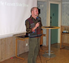 Photo: Brandon Mably, chef på Kaffe Fassett Studios, introducerade kvällens invigningstalare: