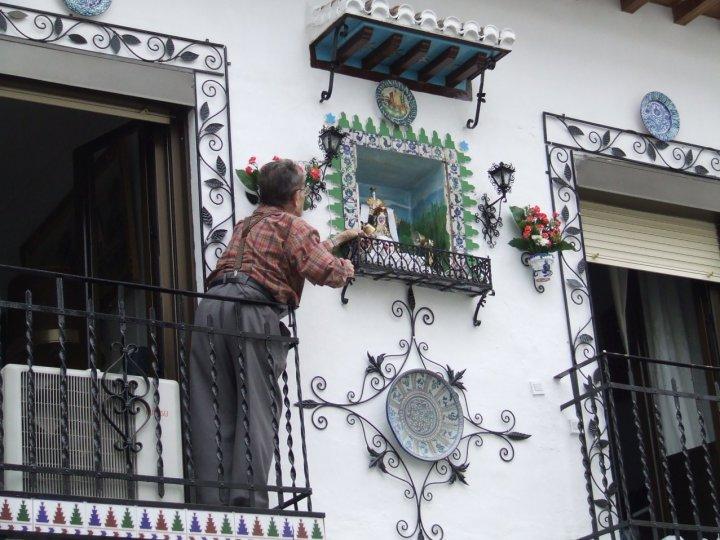 Finestra, balcone e altarino... di Simona Rizzi