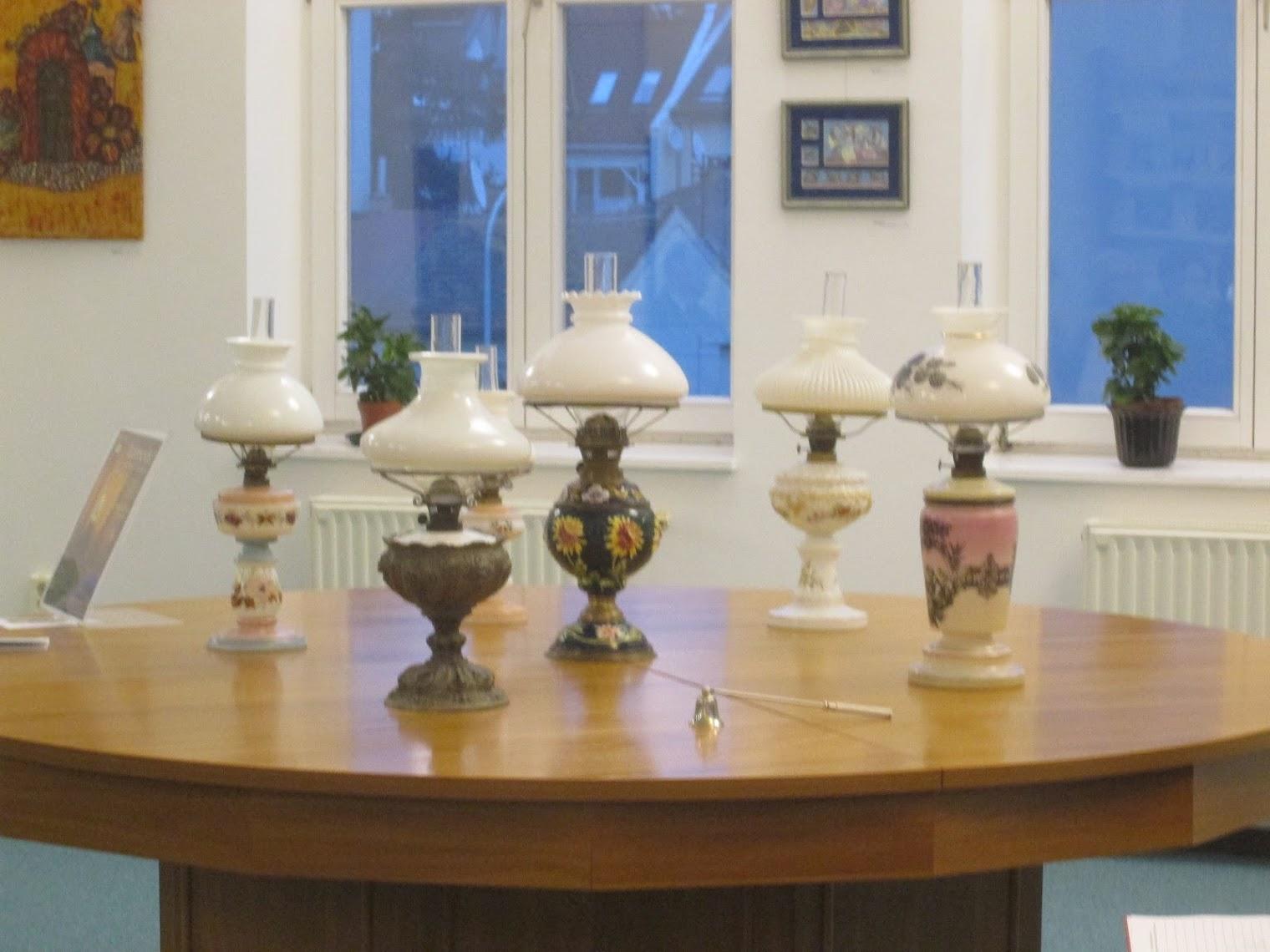 Régi lámpások egy asztalon