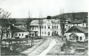 """Photo: Na fotografii z roku 1910 dominuje nová radnica postavená v rokoch 1872-1875. Pred ňou vpravo sa nachádza mestský dom, ktorý bol zbúraný v roku 1910. Práve tam prehovoril v roku 1849 k občanom Tvrdošína J.M. Hurban, ktorým """" objasnil cieľ a poslanie slovenského nevoľníctva""""."""