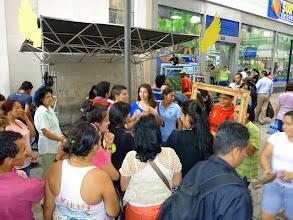 Photo: Instantes de la acción, el público hizo fila para para participar en la acción