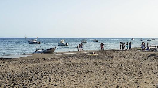Barcos y motos de agua 'toman' las playas y calas del Cabo de Gata