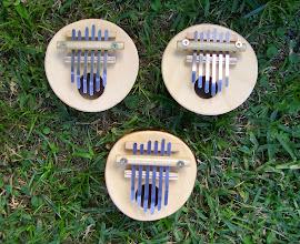 Photo: Kalimbas pentatónicas de seis flejes, afinadas en Do Mayor.