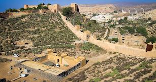 Vista de los decorados levantados en La Hoya para la película 'Resucitado' con la Alcazaba detrás.
