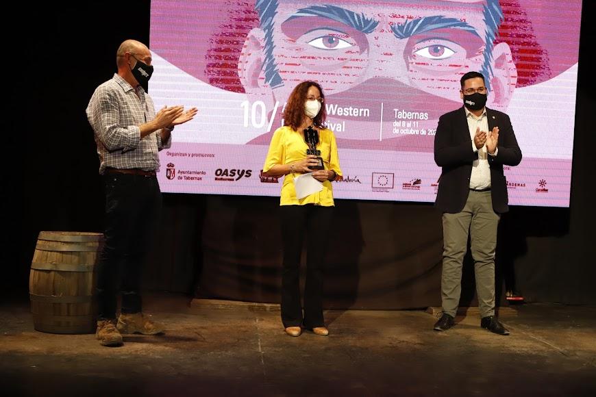 Samanta Sollima recogió el premio Leone In Memoriam dedicado a su padre, Sergio Sollima.