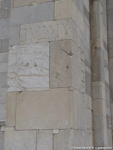 Photo: újrahasznosított római-kori kövek a pízai dóm falában