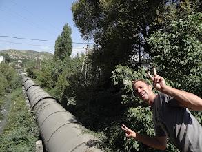 Photo: Yarin a největší trubka, kterou kdy viděl.