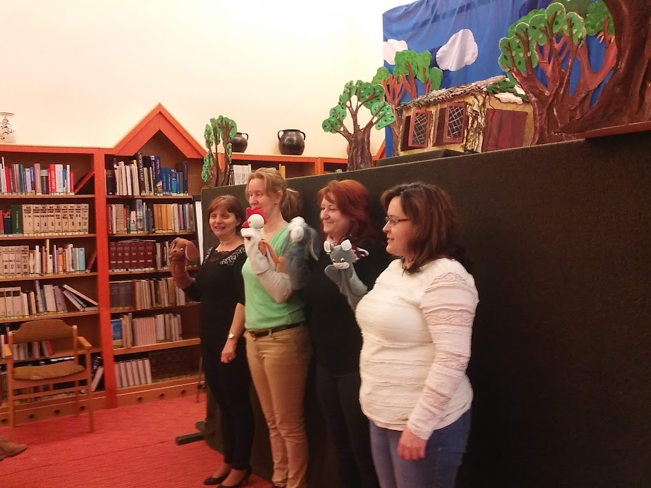 Bábokat bemutató könyvtárosok