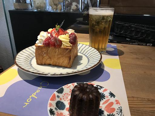氣氛很好 餐點也很好吃 尤其是甜點系列的經典草莓🍓可麗露也很好吃😋