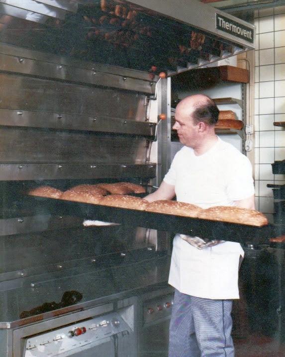 Klaas Bolt bij zijn oven