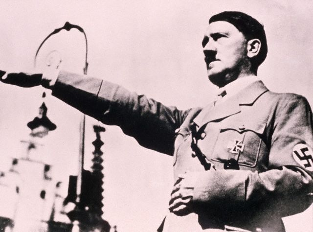 O Führer Adolf Hitler, Chefe do Estado Alemão. Imagem: © Bettmann/CORBIS, Adolf Hitler saudando, ca. 1933-1945, ID.: BE002442.