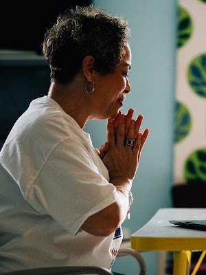 Una experta en terapia del dolor enseña a una comunidad a estar unida.