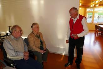 Photo: Franz Wagner im Gespräch mit Heidi und Walter Gisin.
