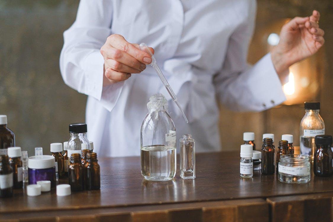 Foto stok gratis ahli kimia, alkohol, bagian tengah tubuh