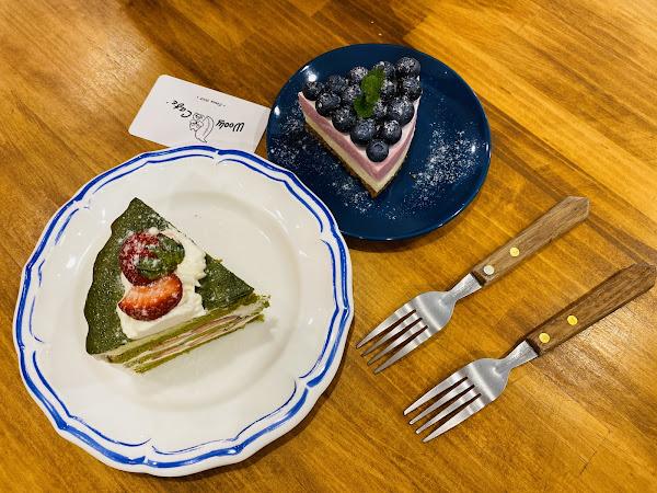 氣氛都還不錯,很適合朋友聚會閒聊的好地方! 蛋糕🍰項目都以當天決定,品項些許少。 還蠻喜歡黑糖奶茶$130的,喝了一口接著一口😋 📍藍莓重乳酪塔$100 📍草莓抹茶蛋糕$120 ⚠️低消是一杯