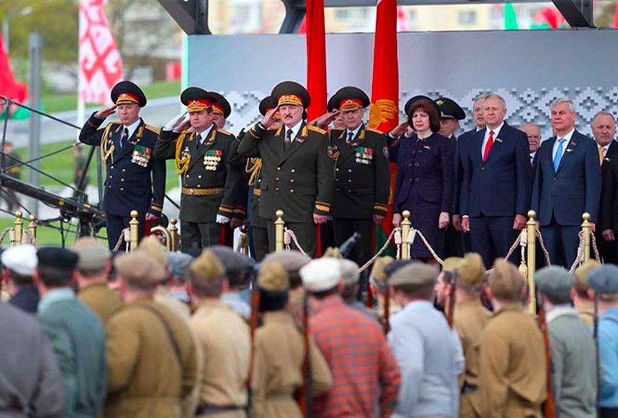 Несмотря наразнарядки властей вэтом году парад Победы в Минске оказался куда менее популярным мероприятием из-за коронавируса, чем раньше, было заметно невооруженным глазом.