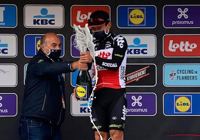 Ewan had na zijn overwinning in de Scheldeprijs de nodige moeite met champagnefles