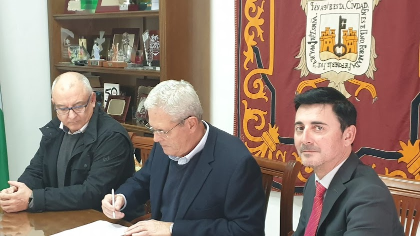 Firma del convenio en el ayuntamiento de Vera.