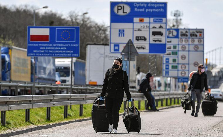 Громадяни України на польсько-українському прикордонному пункті пропуску «Ягодин-Дорогуськ», 17 квітня 2020 року. Багато українських сезонних працівників повернулися додому з Польщі на святкування Великодня